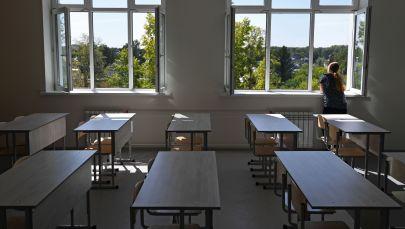 Ученица в школьном кабинете. Архивное фото