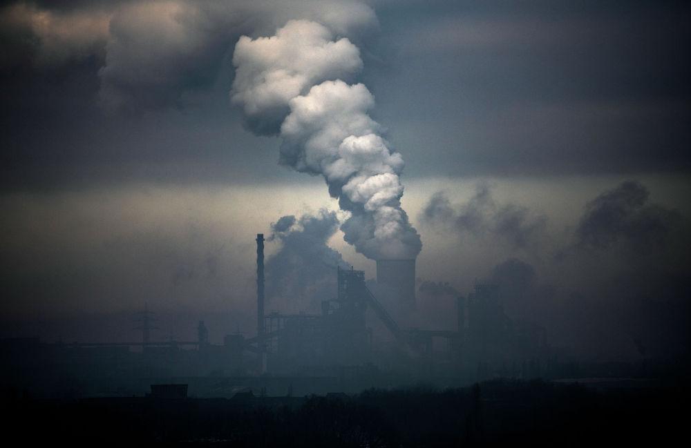 Завод немецкого промышленного концерна ThyssenKrupp и электростанция работающая на угле в Дуйсбурге (Германия)