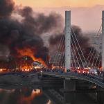 Иракские антиправительственные демонстранты блокируют мост с обломками и горящими шинами в южном иракском городе Насирия. 19 января 2020