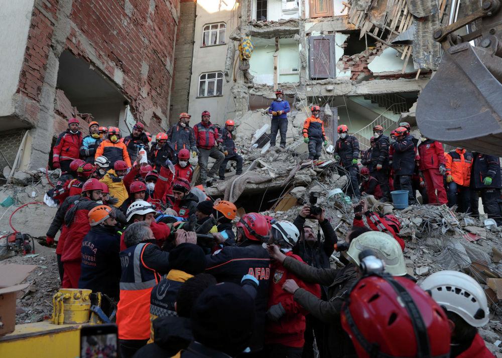 Спасатели несут пострадавшего от землетрясения в Элязыге, Турция, 25 января 2020 года