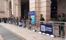 Военнослужащие стоят на страже у закрытого железнодорожного вокзала Ханькоу в Ухане, Китае. 23 января 2020 года