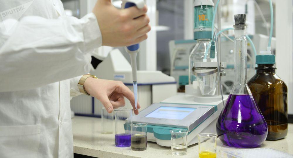 Уралдагы лабораторияда коронавируска каршы дары издөө процесси. Архивдик сүрөт