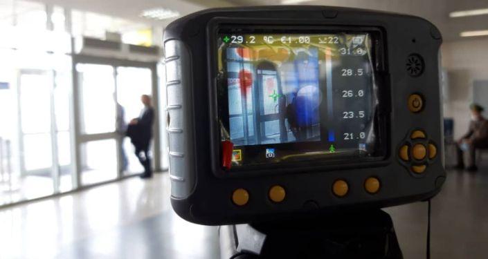Секретарь Совета безопасности КР Дамир Сагынбаев во время проверки контрольно-пропускного пункта в международном аэропорту Манас
