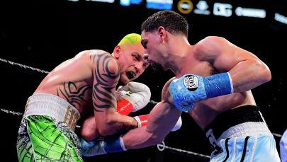 Дэнни Гарсия (справа) бьет Ивана Редкача во время чемпионата WBC в полусреднем весе по версии WBC в Нью-Йорке. Архивное фото