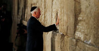 Вице-президент США Майк Пенс касается Западной стены, самого святого места иудаизма, в Старом городе Иерусалиме. 23 января 2020 года