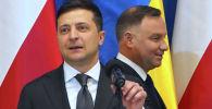 Президент Польши Анджей Дуда (справа) и президент Украины Владимир Зеленский прибывают на пресс-конференции в кулуарах церемоний, посвященных 75-й годовщине освобождения бывшего нацистского лагеря смерти Освенцим в Освенциме. Польша, 27 января 2020 года