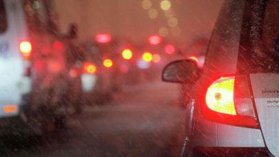Автомобильный затор на автодорогах из-за выпавшего снега. Архивное фото