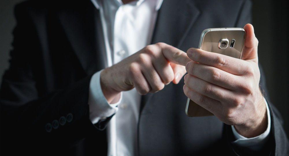 Киши смартфон колдонуп жатат. Иллюстративдик сүрөт