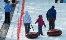 Посетители центра зимнего отдыха поднимаются по склону. Архивное фото