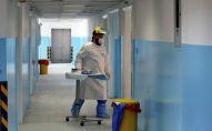 Врач заходит в палату где лежат зараженные коронавирусом нового типа
