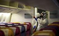 Члены экипажа Thai Airways дезинфицируют кабину самолета в международном аэропорту Суварнабхуми в Бангкоке, из-за распространения коронавируса. Таиланд, 28 января 2020 года