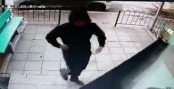 Милиция опубликовала запись, где видно, как за женщиной следят с торгового центра до подъезда ее дома с целью ограбления.