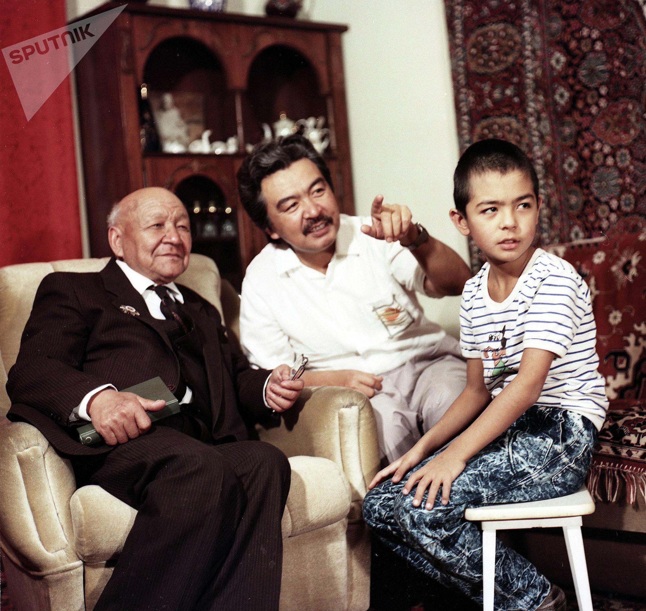 Известный акын, журналист Толон Шамшиев с сыном Народным артистом КР, режиссером Болотом Шамшиевым и с внуком экомонистом, ученым Чынгызом Шамшиевым в городе Фрунзе в 1988-году.
