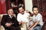 Фотография известного поэта и журналиста Толона Шамшиева с сыном — народным артистом Кыргызстана, режиссером Болотом Шамшиевым и внуком — будущим экономистом и ученым Чынгызом Шамшиевым
