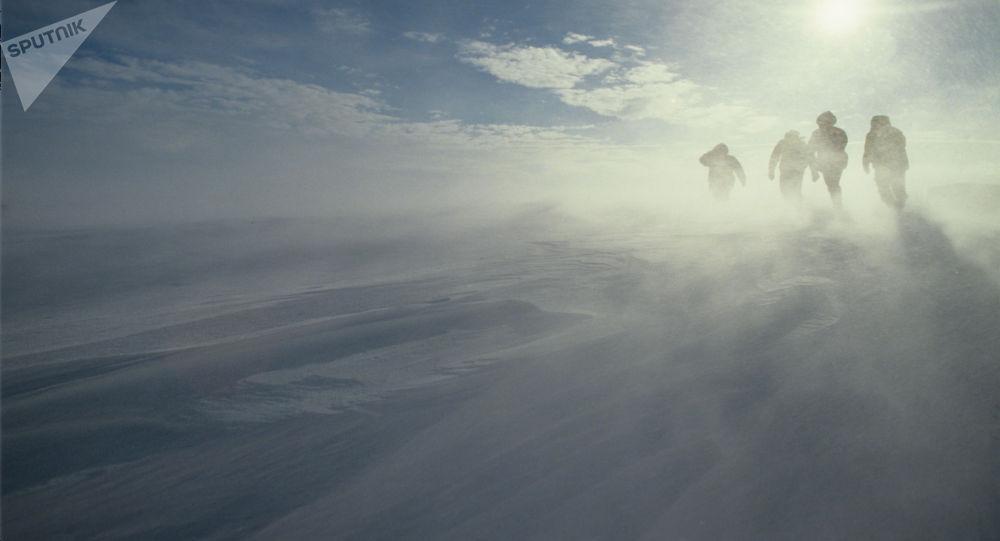 Ураганный ветер, характерная особенность погоды побережья Антарктиды. 34-я Советская Антарктическая экспедиция. Осень 1988 - весна 1989 годов.