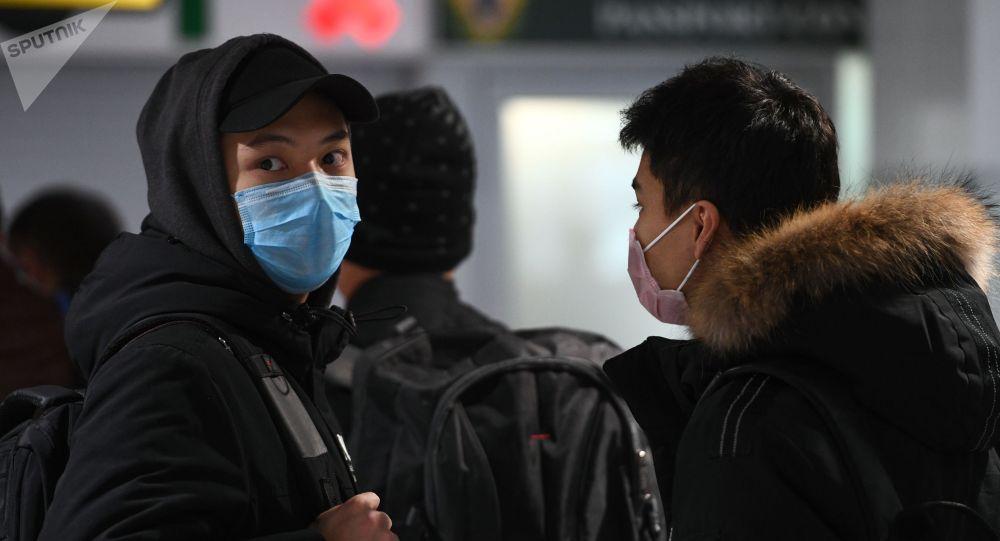 Медициналык маска кийген жигит. Архивдик сүрөт