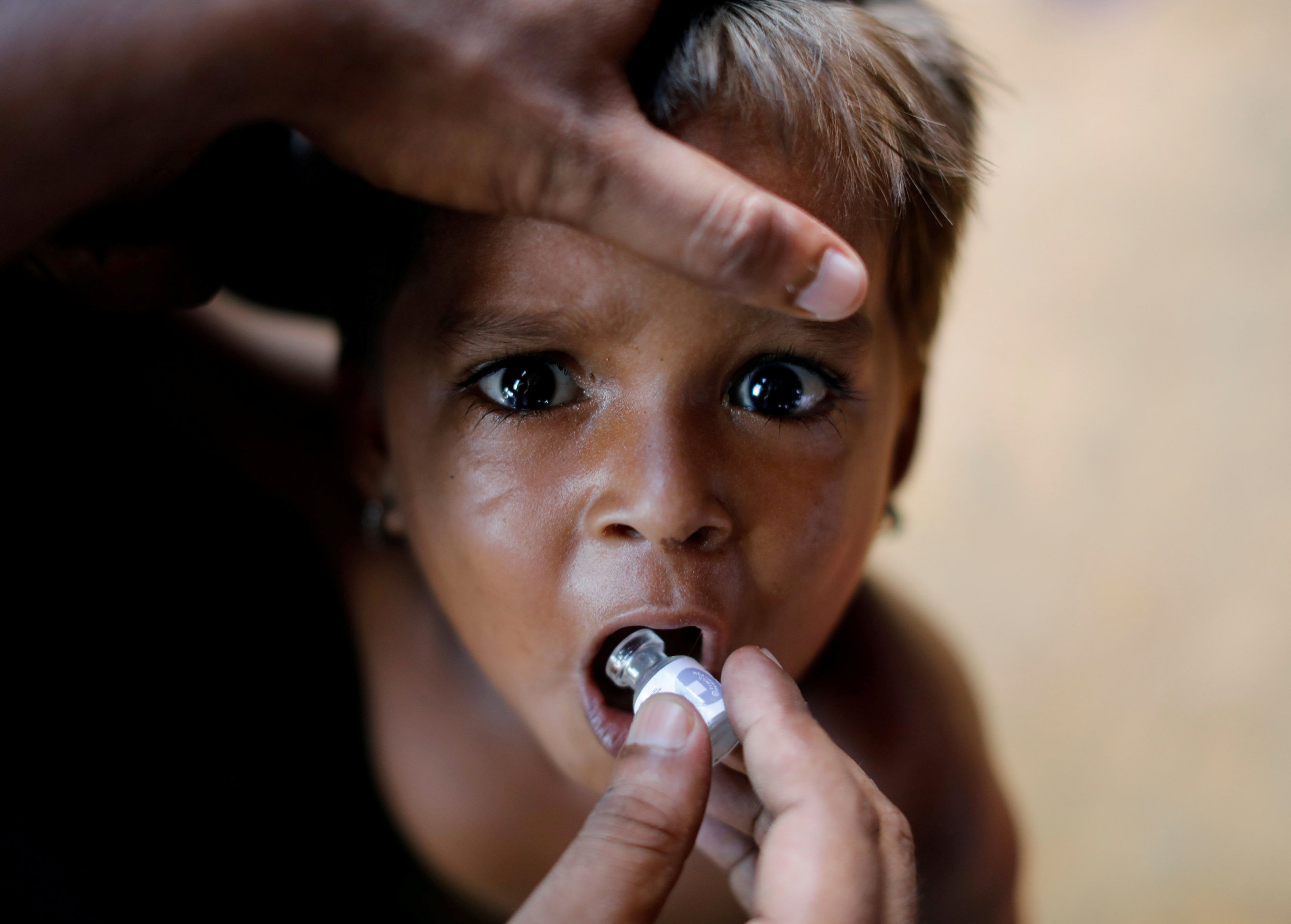 Ребенок получает вакцину против холеры в лагере беженцев-рохинджа. Бангладеш