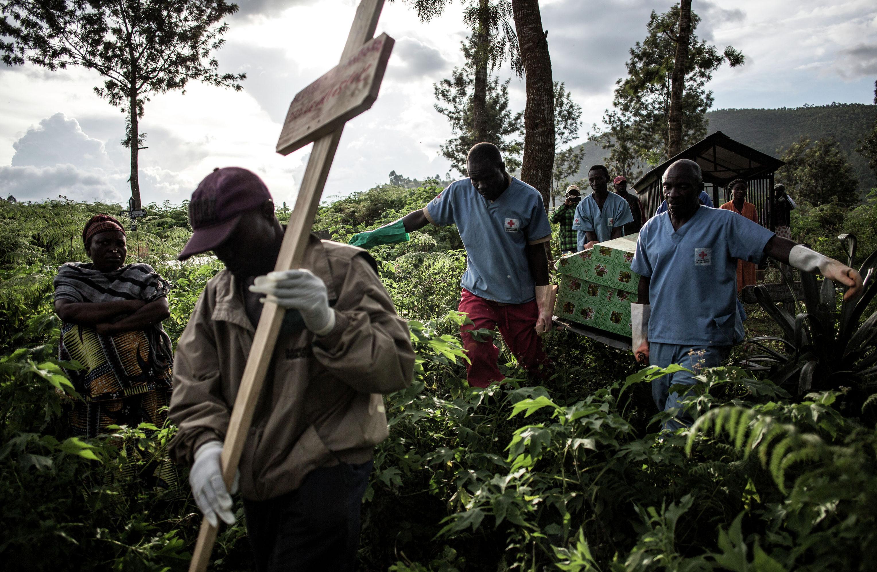 Медицинские работники несут гроб, в котором находится тело человека умершего от вируса Эбола в Демократической Республике Конго.  С июля 2018 года в стране из-за вируса скончались более 1,1 тысячи человек.