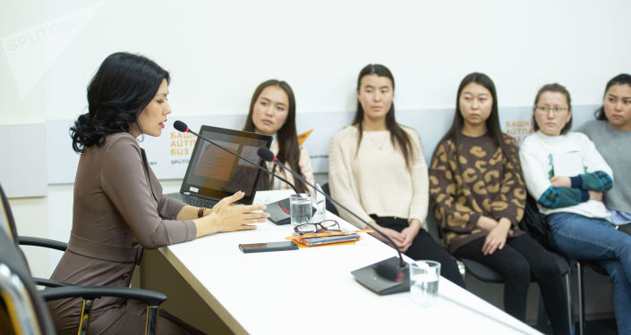 Редактор национальной версии радио Sputnik Кыргызстан Айтурган Сатиева во время мастер-класса в мультимедийном пресс-центре Sputnik Кыргызстан