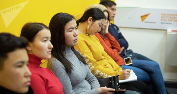 Участники мастер-класса редактора национальной версии радио Sputnik Кыргызстан Айтурган Сатиевой