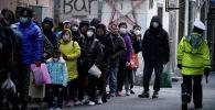 Люди стоят в очереди в одну из аптек Шаншая, Китай. 24 января 2020 года