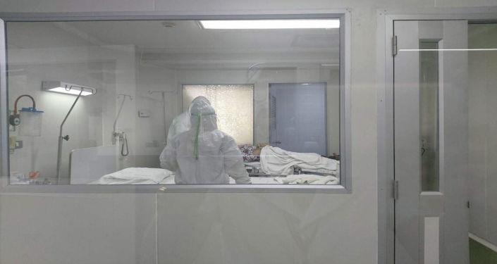 Медики осматривают пациента зараженного коронавирусом