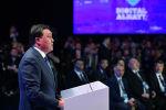 Премьер-министр Казахстана Аскар Мамин выступает на пленарной сессии форума Цифровое будущее глобальной экономики в Алматы