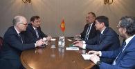 Премьер-министр Кыргызстана Мухаммедкалый Абылгазиев встретился с директором Amazon Web Services по правительственной трансформации Лиамом Максвеллом