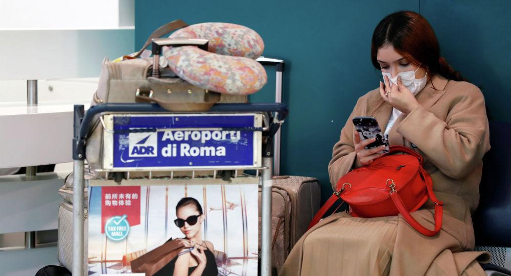 Пассажир в защитной маске в аэропорту. Архивное фото