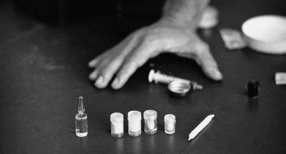 Шприц и наркотические средства. Архивное фото