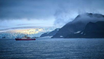Антарктида аралынын жээгиндеги кеме. Архив