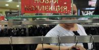 Продавщица в магазине шуб. Архивное фото