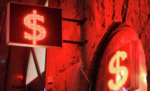 Знаки доллара на табло курса валют. Архивное фото