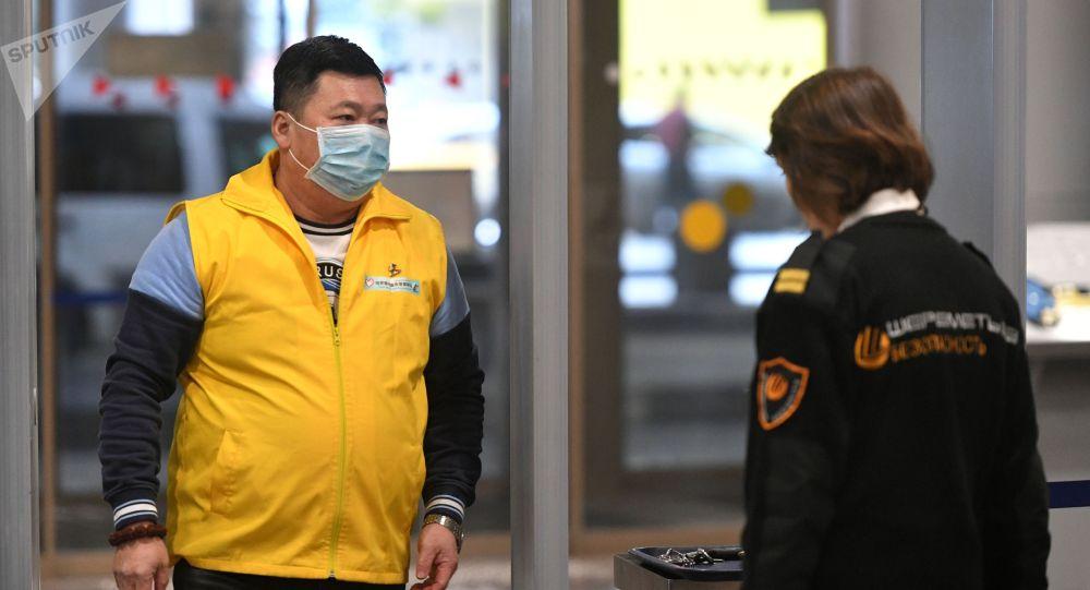 Пассажир в терминале F аэропорта Шереметьево проходит проверку на коронавирус