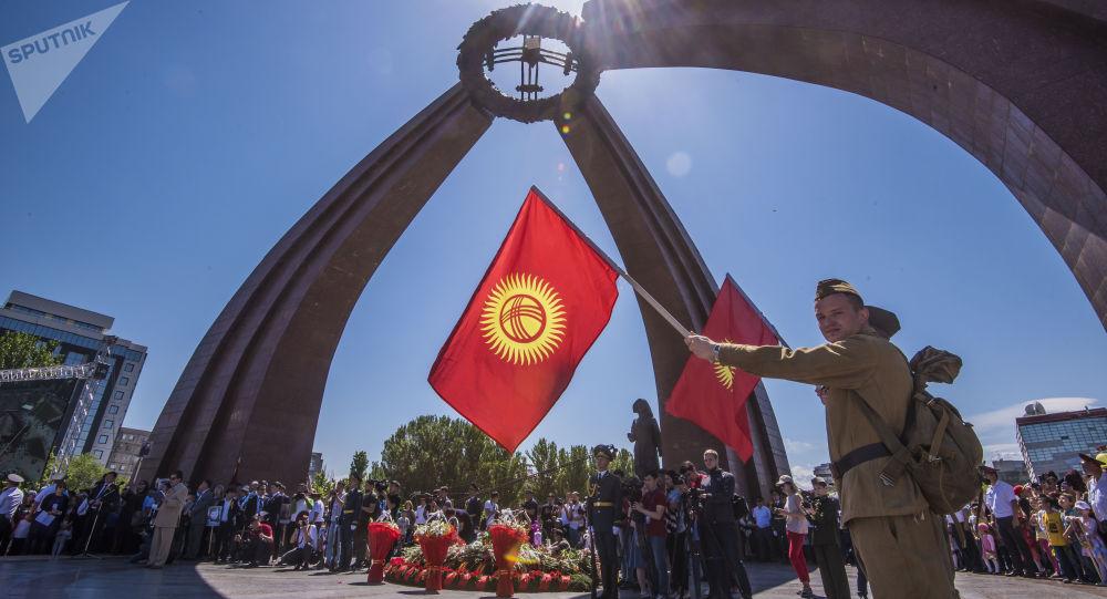 Военнослужащие ставят цветы у вечного огня во время празднования Дня победы в Бишкеке. Архивное фото
