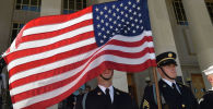 Военнослужащие армии США с флагом на торжественном мероприятии. Архивное фото