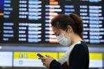 Девушка в медицинской маске в терминале аэропорта. Архивное фото