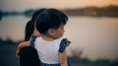 Женщина с ребенком на берегу озера. Архивное фото