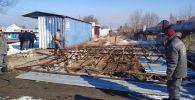 Сотрудники мэрии Бишкека во время демонтажа незаконных объектов в Бишкеке