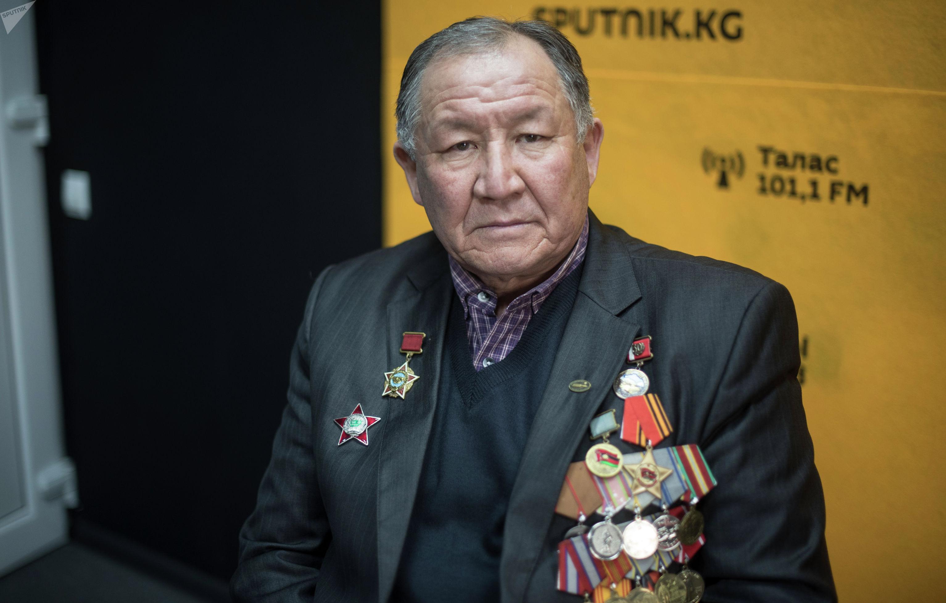 Старший сержант 860-полка Майрамбек Бектемиров на радиостудии Sputnik Кыргызстан