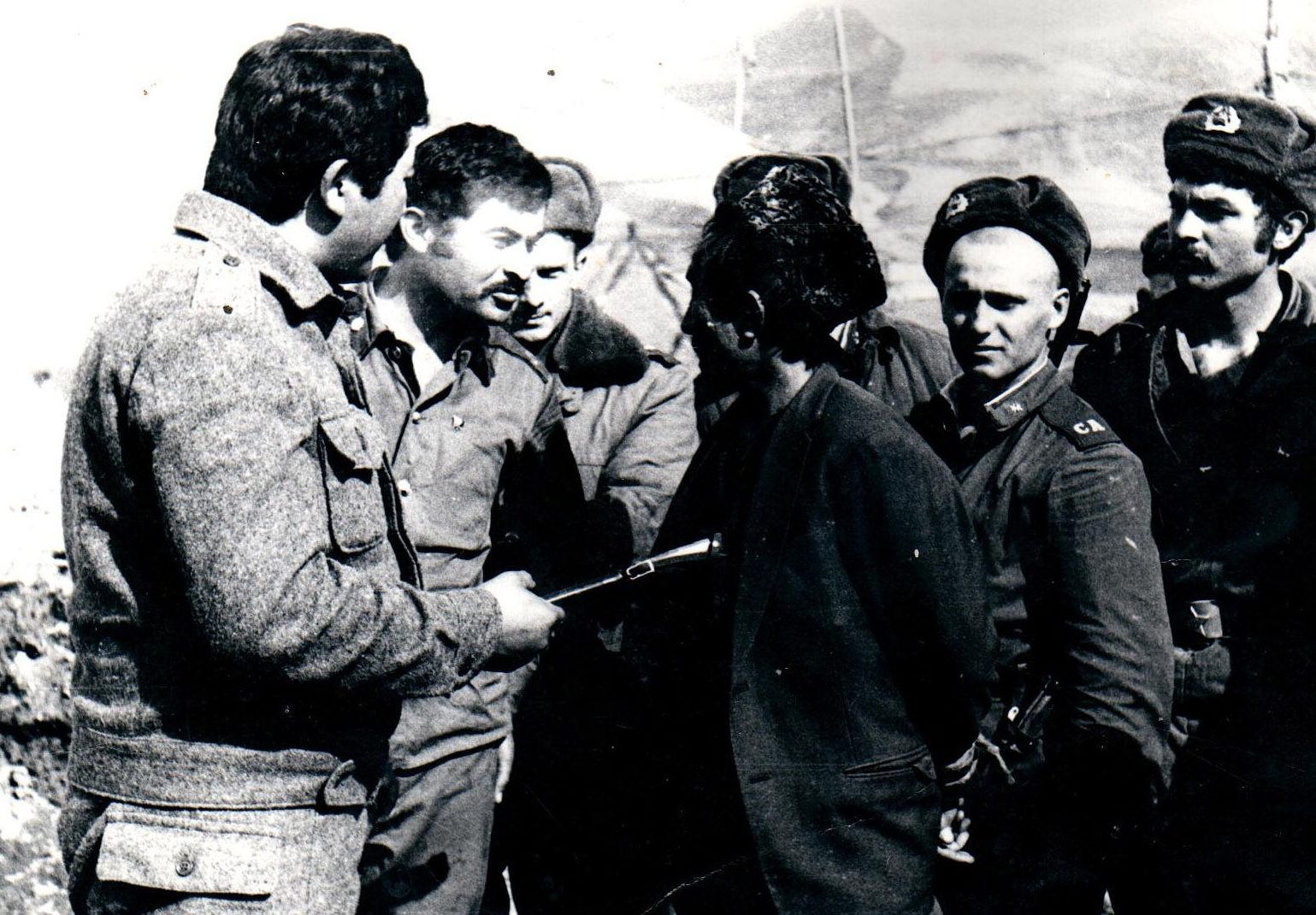 Встреча с информатором моджахедов Начальник особого отдела капитан 860 полка Д.Кубатов крайний слева.Северный Афганистан.1980г