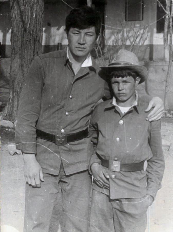 Старший сержант 860-полка Майрамбек Бектемиров с сыном полка Нематуллой. 1982г.весна.уезд Бахарак