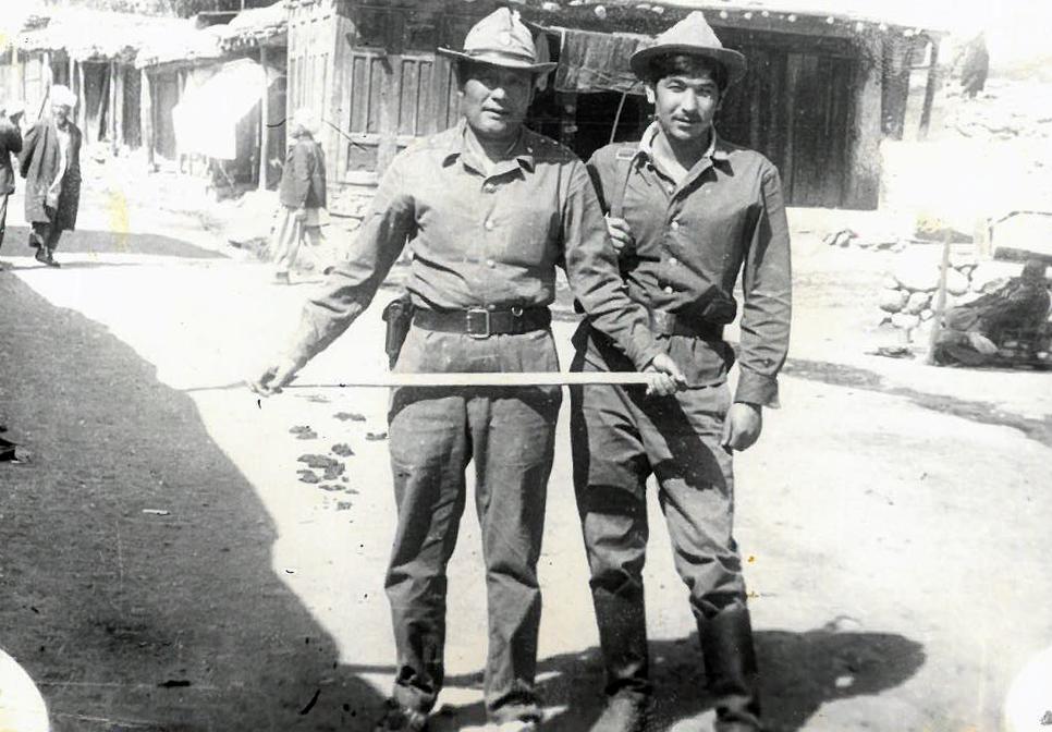 Старший сержант 860-полка Майрамбек Бектемиров (слева) в Афганистане