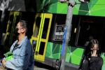 Люди в масках ходят по улице города после того, как случаи заболевания коронавирусом были подтверждены. Архивное фото