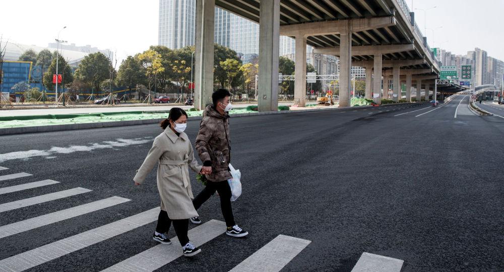 Кытайдагы провинцияларынын биринде көчөдө басып бараткан жүргүнчүлөр. Архивдик сүрөт