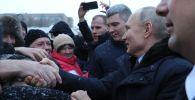 Россиянын президенти Владимир Путин Череповец шаарына болгон иш сапарында кортежин токтотуп, жол жээгинде турган жашоочулар менен учурашты