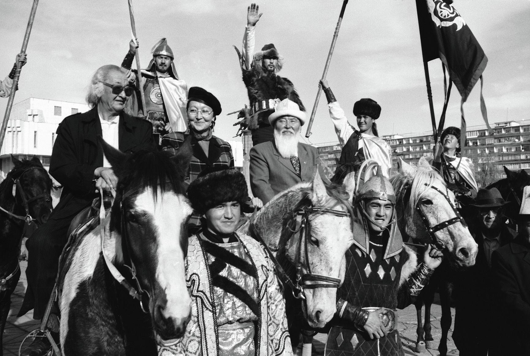 Кыргыз Республикасынын эл артисттери Болот Бейшеналиев, Гүлсара Ажыбекова, Орозбек Кутманалиев, Акылбек Мураталиев, Мурат Мамбетов жана жаш каскадёрлордун сүрөтү 2001-жылы Бишкек шаарында тартылган.