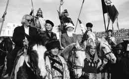 На фотографии, которая была снята в 2001 году, запечатлены народные артисты Кыргызстана Болот Бейшеналиев, Гулсара Ажыбекова, Орозбек Кутманалиев, Акылбек Мураталиев, Мурат Мамбетова и молодые каскадеры