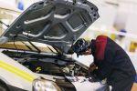 Мастер СТО проводит ремонт машины. Архивное фото