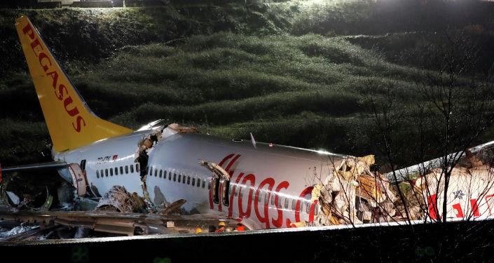 На месте авиапроисшествия самолета Pegasus Airlines во время посадки в стамбульский аэропорт Сабиха Гекчен, Турция. 5 февраля 2020 года